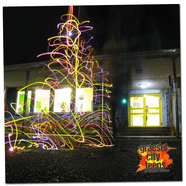 Lichtmal Weihnachtsbaum . Lichtmalen mit Lichterketten . graeselcityteens